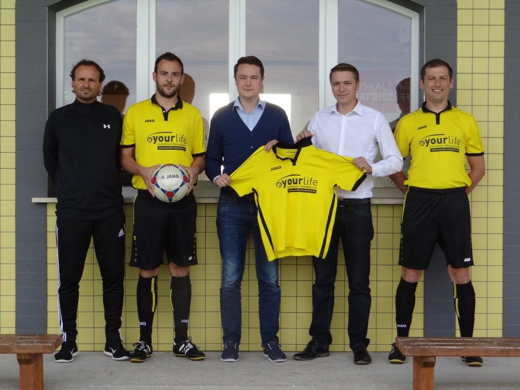 von links: Cetin Celalettin (Trainer), Michael Seemüller (Spielführer); Friedrich Hergenreider & Alexander Riel (beide Sponsoren); Jürgen Ried (Abteilungsleiter)