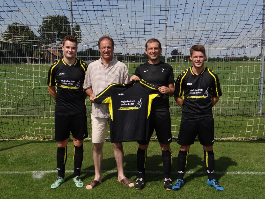 von links: Dominik Mussak (Spielführer); Stefan Reiter (Sponsor); Jürgen Ried (Abteilungsleiter); Albert Settele (Spieler)